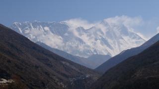 Nuptse (7 861 m), vrchol Everestu (8 848 m) a Lhotse (8 516 m) z dnešnej cesty do Dingboche.