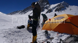 Horia v tábore vo výške 6 800 m.