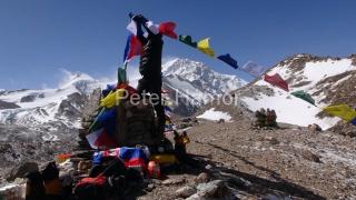 Puja so Shishapangmou v pozadí