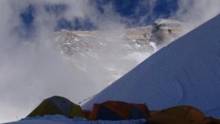 Tábor v Severnom sedle a vrchol Chomolungmy.