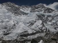 Z ľava do prava - Yalung Kang, hlavný, prostredný a južný vrchol Kangchenjungy