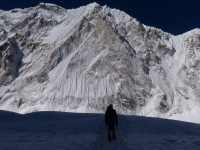 Konečne sme v Západnom kotli CWM, ľadopád máme šťastne za sebou a pred nami stenu Nuptse (7 861 m).