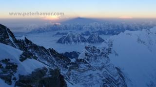 Východ slnka a tieň Everestu z výšky 8000 m.