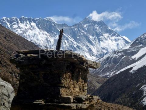 Vrchol Mount Everestu a južná stena Lhotse.