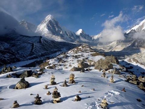 Pumori a Lintgren z morény ľadovca Khumbu.