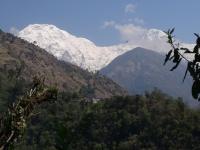 Annapurna South (7219m) a dedinka Jhinudanda známa svojimi teplými prameňmi.