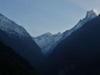 Údolie rieky Modi Khola a svätá hora Machapuchare.