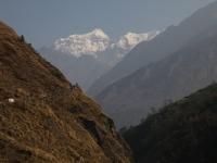Výhľady na Shringgi Himal počas pochodu do Sirdibasu.