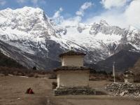 Chorten pred dedinou Samagaon a ohromnú kulisu dotvára Naike Peak (6211m).